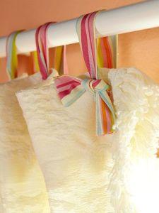 Utiliza listón en lugar aros en las cortinas del baño