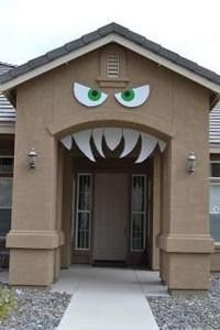 ojos y dientes en la entrada de una casa