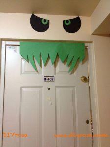 ojos y dientes en la puerta del apartamento