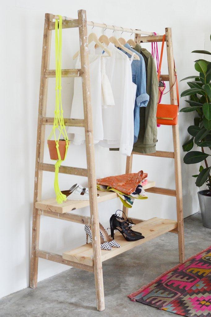 closet construido con pedazos de madera