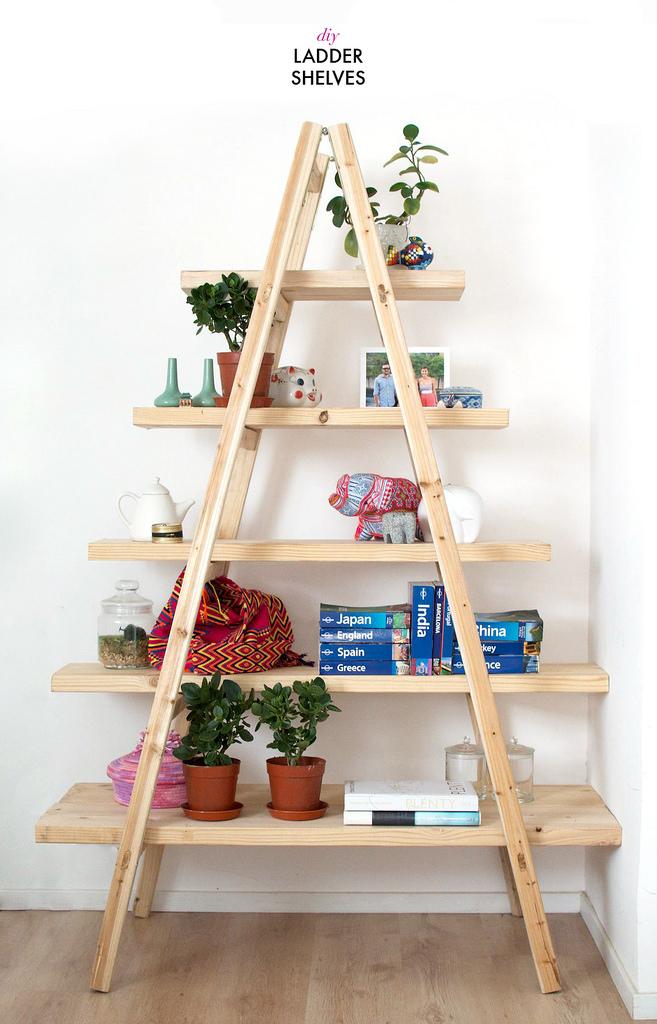 estantera hecha con un par de escaleras y madera