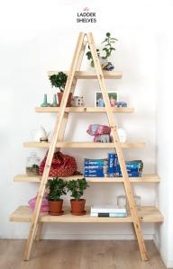 estantería hecha con un par de escaleras y madera