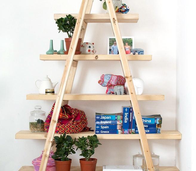 estanter a hecha con escaleras y pedazos de madera diyrosa