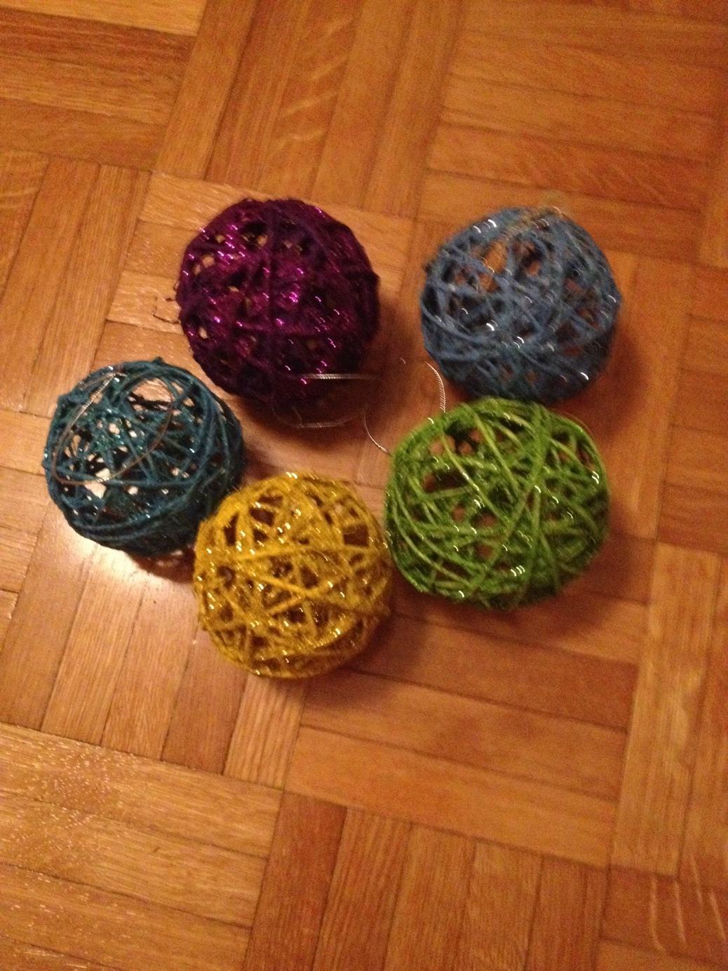 bolas de mecate de colores y brillantina