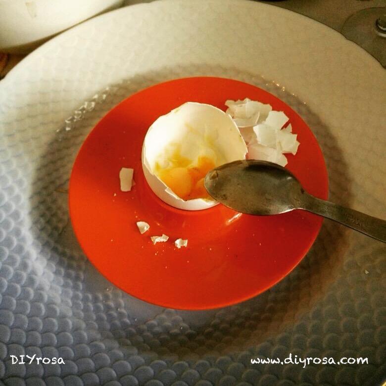huevo con cáscara en un platito